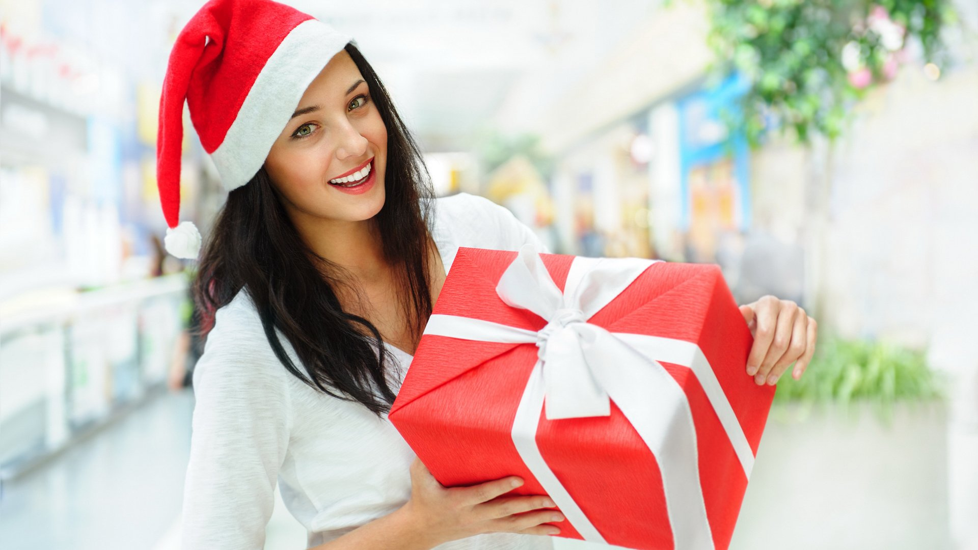 Beautiful Girl with Christmas Gift HD Wallpaper 1080p